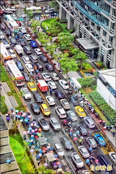 台北市10日因應瑪莉亞颱風來襲,宣布下午4點停班停課 ,內湖科學園區提早湧出下班車潮, 造成大壅塞。 (記者鹿俊為攝)