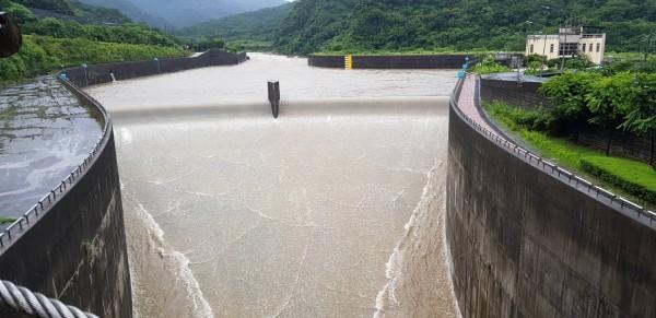瑪莉亞颱風襲台,員山子分洪道啟動今年第2次分洪。(記者林欣漢翻攝)