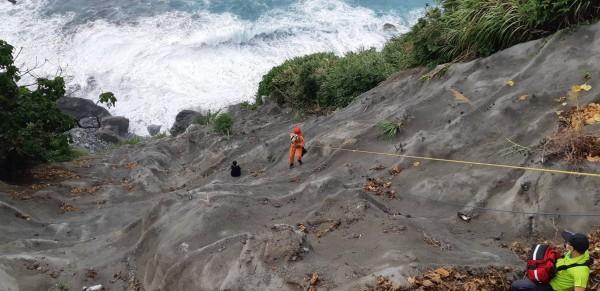 李女墜崖處下方,僅差數公尺就是驚濤大浪,加上中颱瑪莉亞襲台,海況不佳,若真不慎跌落海中,後果將不堪設想。(記者王峻祺翻攝)