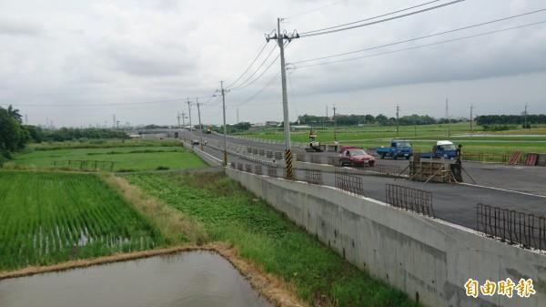 南69線下營區龜子港排水火燒珠橋新建和引道,將在7月20日通車。(記者楊金城攝)