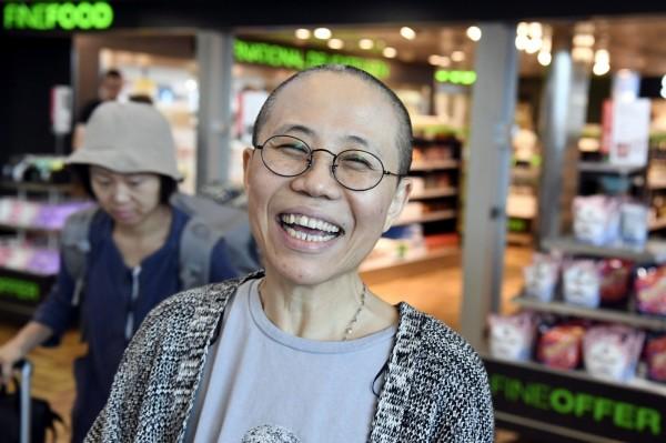 劉霞獲釋開心大笑。友人指她被中國當成禮物,送給德國,以爭取聯手抗川普。(美聯)