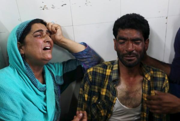 在印度控制的喀什米爾地區,今發生一起爆炸事件,導致4位男童受到重傷,其中一位經過醫院搶救後仍不幸宣告死亡。死者父母到場認屍,悲痛不已。(歐新社)