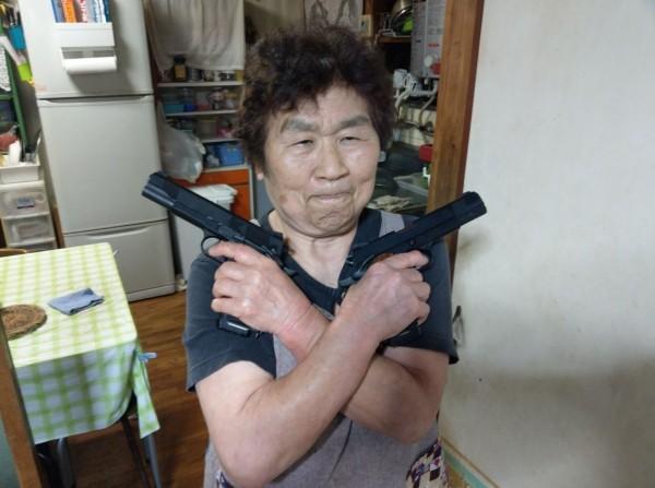 日本一家生存遊戲場的老闆娘突然爆紅,原因正是她煞氣的照片彷彿是殺手界的傳奇啊!(圖片由pontasan387957 授權提供使用)