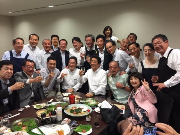 日本首相安倍晉三與一群執政自民黨議員,卻在天災來襲之際舉行宴會、飲酒作樂,引發輿論批評。(圖取自推特)