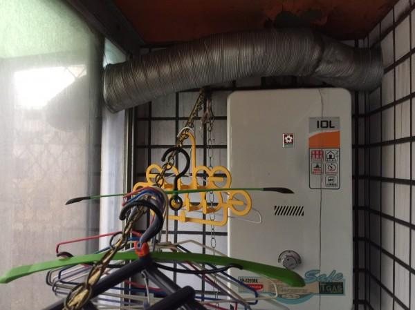 屋主將天然氣熱水器安裝加裝氣密窗的陽台。(記者許國楨翻攝)