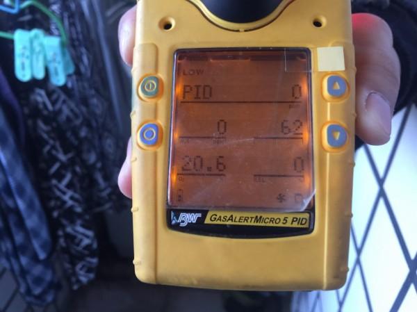 消防人員使用五用氣體偵測器測出的數值顯示,廖家室內的一氧化碳濃度約62PPM。(記者許國楨翻攝)
