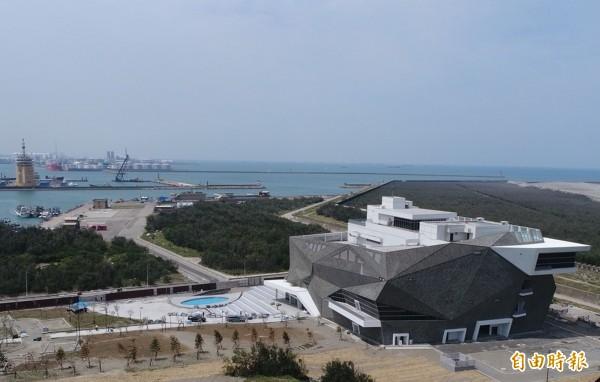 「海洋生態館」以大甲溪岩石作為建築外觀,並融合白海豚意象與保育復育觀念。(記者黃鐘山攝)