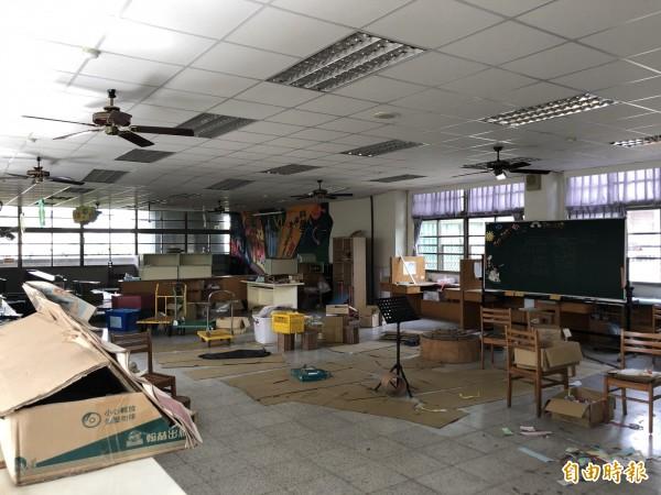 內埔國小圖書室因年久失修,設備老舊。(記者張軒哲攝)