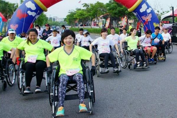 嘉義縣脊髓損傷者協會將於10月28日舉辦公益路跑活動,開放一般民眾報名3公里的「輪椅挑戰組」,藉此體驗身障人士的不便。(嘉義縣脊髓損傷者協會提供)