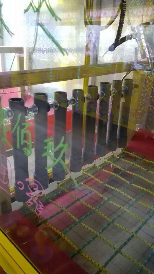 機台加裝塑膠管高牆。(民眾提供)