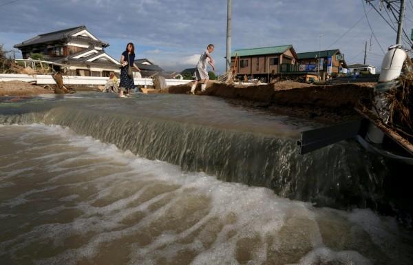 西日本暴雨災情慘重,日相擬將這次水患定調為「極嚴重災害」,地方政府災後重建時,獲得的國家補助將提高。(歐新社)
