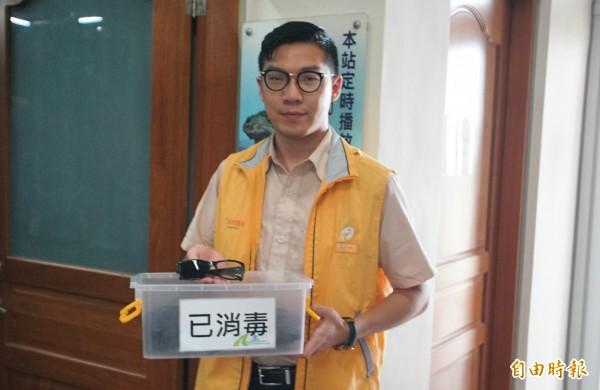 遊客要觀賞《眸眸視界》3D影片,還得如電影院般戴上3D眼鏡。(記者陳彥廷攝)