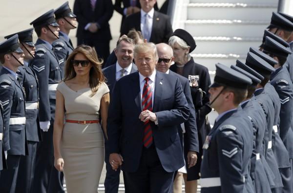 川普搭乘空軍一號在當地時間下午2時抵達倫敦史坦斯特機場(London Stansted Airport),這是川普首度以美國總統身分出訪英國,訪問行程為期4天。(美聯社)