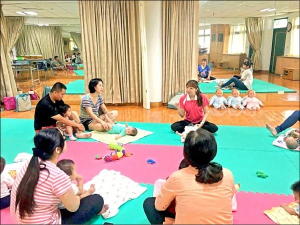 社會處定期舉辦嬰幼兒照顧技巧課程。(圖由屏東縣政府提供)