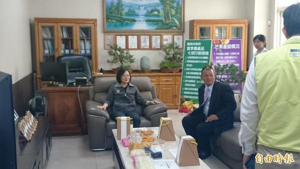 總統蔡英文(左一)中午參觀專業農產加工廠台南麻豆冠南生物科技,由總經理黃榮裕(左二)解說。(記者楊金城攝)
