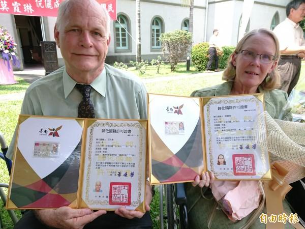 亞大偉、莫霞琳夫妻情深,-同受領身分證。(記者洪瑞琴攝)