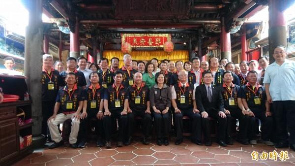 總統蔡英文(中)下午到台南佳里金唐殿為贈匾「郅善安民」揭幕。(記者楊金城攝)