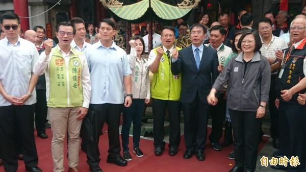 蔡英文(前右二)推薦民進黨台南市長參選人黃偉哲(前右三)。(記者楊金城攝)