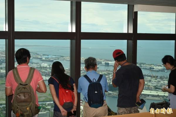 小朋友玩紙迷宮,大朋友在窗邊俯瞰高雄港美景。(記者張忠義攝)