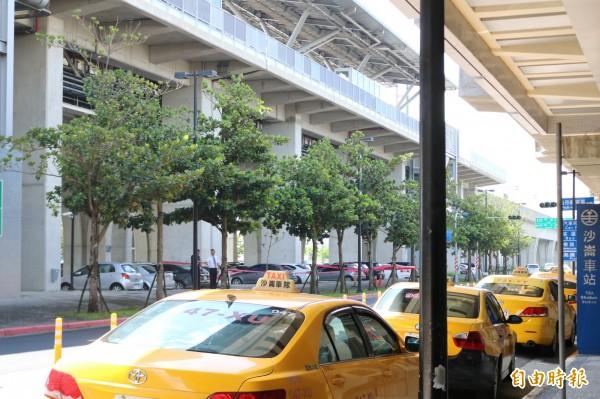 許多一早在高鐵台南站外排班的計程車司機,目擊黃男從月台墜落地面,受到不少驚嚇。(記者萬于甄攝)