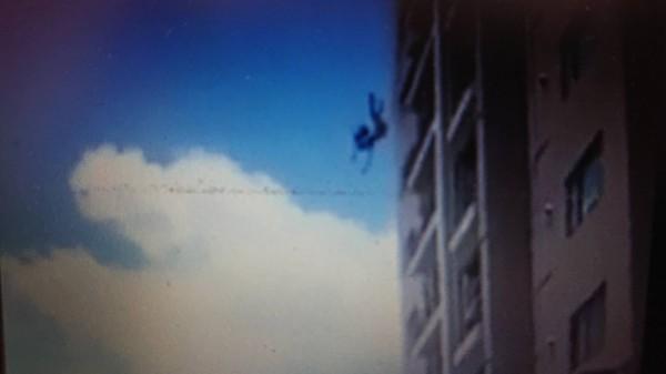 黃女從12樓一躍而下。(記者王捷翻攝)