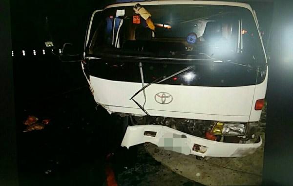 撞擊力道之大,造成車輛玻璃碎裂。(記者魏瑾筠翻攝)