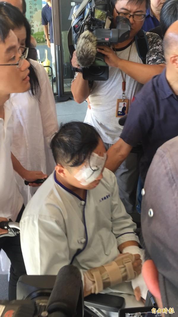 富少游瀚甯帶傷穿病服,乘坐輪椅到場。(記者陳恩惠攝)