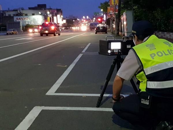 苗栗縣可攜式數位式雷達測照相儀於6月25日起投入執法,統計至7月9日,共取締100件超速違規。(記者彭健禮翻攝)
