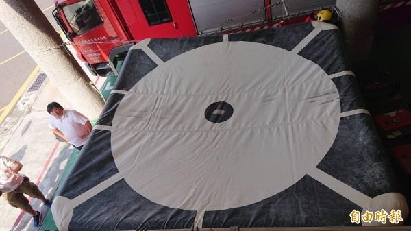 氣墊床可承受5樓墜落物。(記者王捷攝)