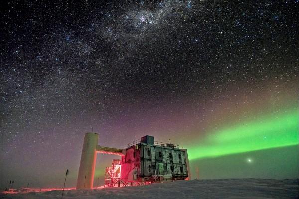 位於南極洲極點的全球最大微中子天文台「冰立方」(IceCube)。(路透檔案照)