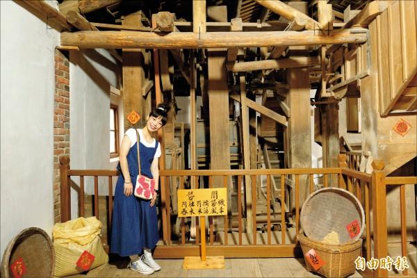 獲登錄為歷史建築的新竹縣芎林碾米廠,建物內保存展示早期碾米使用的機具。(記者蔡孟尚攝)