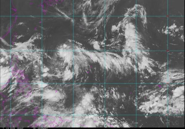 關島西北方海域及帛琉群島附近各有一熱帶系統醞釀發展,未來將有整合成颱可能。(擷取自NOAA)