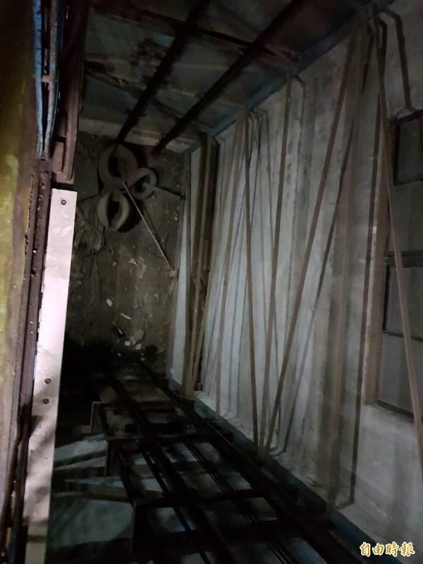 黃姓男子不慎摔下電梯井。(記者曾健銘翻攝)