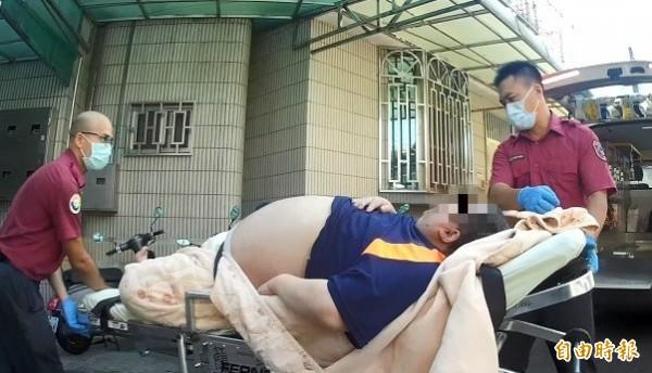 張姓男子體重超過100公斤,3名救護人員才抬得動。(記者王善嬿翻攝)