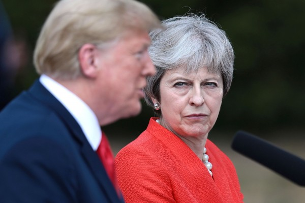 英國首相梅伊強調英國一向歡迎逃離迫害的人前來,並指移民在總體上一直在為英國帶來好處。(路透)
