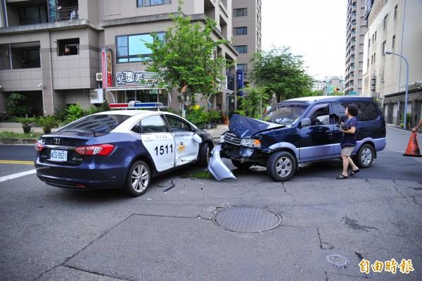 警方今天凌晨在黃女跳樓死亡地點發生車禍,車頭還硬生生轉向黃女死亡地點。(記者王捷攝)