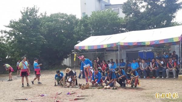 台東市馬蘭部落族人今天在會所舊址以傳統儀式祈福,昭告祖靈將重建聚會所。(記者黃明堂攝)