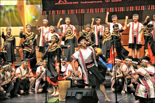 寶來國中天籟合唱團昨在南非茲瓦尼賽場擊敗同組13隊,獲得世界合唱比賽、有伴奏民謠組金牌。(取自臉書)