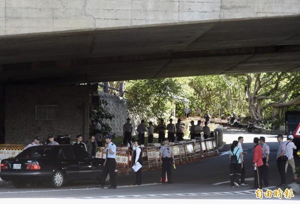 民進黨全代會15日在圓山大飯店舉行,警方在山下設點進行車輛、人員檢查。(記者簡榮豐攝)