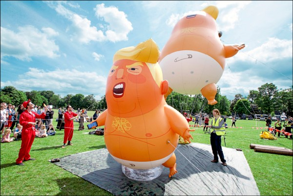 蘇格蘭民眾十四日在首府愛丁堡抗議美國總統川普來訪。(歐新社)