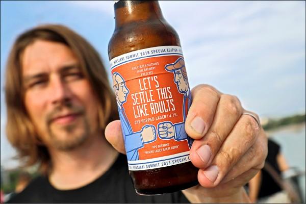圖為該酒廠執行長胡塔南(Samuli Huuhtanen)十四日在赫爾辛基展示這款應景啤酒。(美聯社)