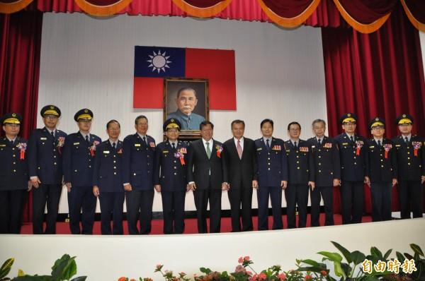 桃園市長鄭文燦(中)主持警察局卸新任分局長、大隊長聯合交接典禮。(記者周敏鴻攝)
