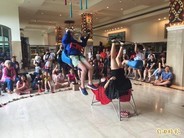 白天街頭藝人表演安排在飯店內演出。(記者蔡宗憲攝)