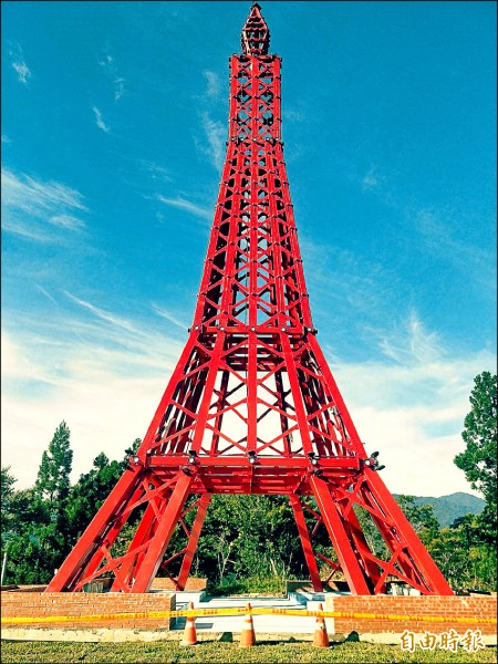 復興區公所興建「巴陵鐵塔」主體建築,在鐵塔基座4個腳各打下2支整支涵管的基樁加以鞏固 ,甫完工遇上瑪莉亞颱風最大陣風達12級,還能完好不受損。(記者李容萍攝)