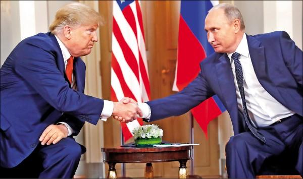 美國總統川普和俄羅斯總統普廷十六日在一對一對談前握手致意。(美聯社)