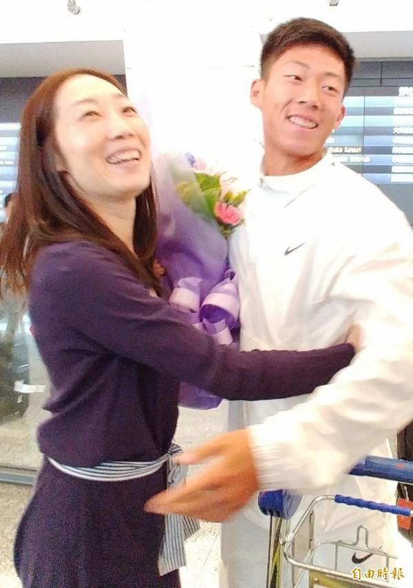 17歲「台灣之光」曾俊欣傍晚搭機載譽歸國,他在機場感謝媽媽長久以來的支持。(記者姚介修攝)