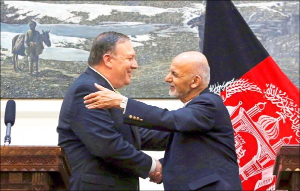 美國國務卿龐皮歐(左)九日在阿富汗總統府拜會阿國總統賈尼。據稱龐皮歐此行旨在傳達總統川普指示,尋求與神學士組織直接談判的新外交策略。(美聯社檔案照)