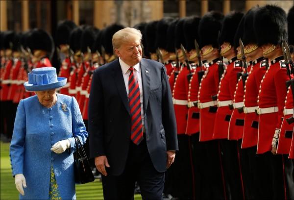 美國總統川普十五日結束四天出訪英國行程。(美聯社)