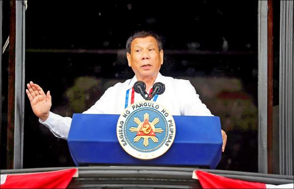 菲律賓總統杜特蒂六月十二日在甲米地省的自治市卡維特(Kawit),發表菲律賓獨立一百二十週年演說。他因為批評上帝是「笨蛋」,引起天主教友公憤。(路透檔案照)