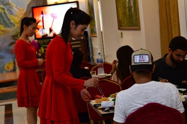 台灣部分餐廳會在結帳時,向顧客收取1成服務費,有網友好奇這些錢真的會給服務生嗎?對此,有台中店家的回文引起迴響,讓網友大讚「佛心公司」。示意圖為杜拜的韓國餐廳。(法新社)